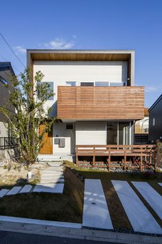 Modern home in Japan House With Porch, House Front, Style At Home, Narrow House, Weekend House, Concrete Houses, Japanese House, Tiny House Design, Minimalist Home