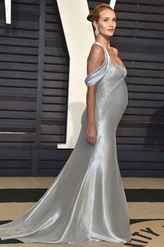 Model-actor Rosie Huntington-Whiteley attends the 2017 Vanity Fair Oscar Party hosted by Graydon Carter at Wallis Annenberg Center for the Performing Arts on February 2017 in Beverly Hills, California. Rosie Huntington Whiteley, Rose Huntington, Maternity Fashion, Maternity Dresses, Celebrity Maternity, Vestido Michael Kors, Vestidos Elie Saab, Kate Hudson, Silver Gown