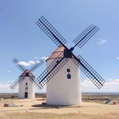 Mota del Cuervo en Castilla-La Mancha Dom Quixote, Gcse Art Sketchbook, Old Windmills, Wind Mills, Romantic Places, City Maps, Le Moulin, Four Square, Lighthouse