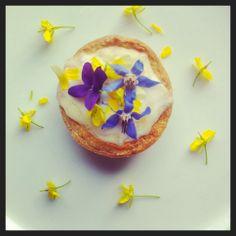 pineapple cream tart with edible flowers from greensofdevon.com