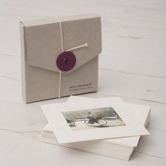 Self promotion idea. Great little presentation idea for your portfolio. Portfolio Book, Portfolio Design, Portfolio Ideas, Album Design, Box Design, Portfolio Fotografia, Wrapping Gift, Portfolio Presentation, Photo Packages