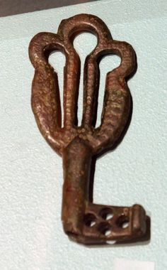 Viking age key from Kvam, Aurland, Sogn og Fjordane; I have no idea of the accuracy of the description, I just like it. Viking Life, Viking Art, Norway Viking, Antique Keys, Vintage Keys, Viking Culture, Old Keys, Old Norse, Archaeological Finds