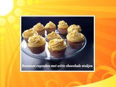 Cupcakes met bananen botercremetoef met witte chocoladestukjes.