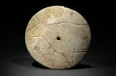 Art mobilier, rondelle perforée, 5cm de diamètre, omoplate de renne, Ariège, France, paléolithique