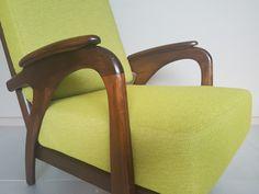 Comfortabele Deense design fauteuil/ easy chair uit de sixties. Prachtig gevormde armleuningen in warm bruin wengé hout, dat een mooi contrast vormt met de mosgroene bekleding uit de collectie van #de Ploeg! #sixties #dutch design #vintage #Deens design #retro #mid century #upholstery #design