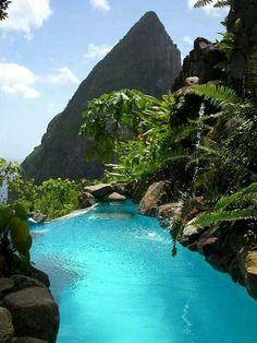 Piscina natural en la montaña.  Santa Lucia. Caribe