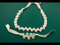 Collar y  Pulsera de Perlas o Abalorios y Cintas  Materiales: Cinta, perlas o abalorios, hilo, aguja, tijeras   • Dependiendo de cuantas olas quieres en tu pulsera -  Pulsera completa, con solo la mitad o un cuarto de olas, dejar un mínimo de unos 6 o más pulgadas del extremo de la cinta -- más si no vas a hacer la pulsera completa.   • Hacer un nu... Pearl Necklace, Diy Crafts, Bracelets, Jewelry, Youtube, Fashion, Lokai Bracelets, Paper, How To Make Necklaces