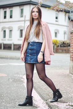 Denim Skirt |Jeany is wearing a denim skirt in combo with a light blazer as the perfect spring look on www.vogueetvoyage.com #denimskirt