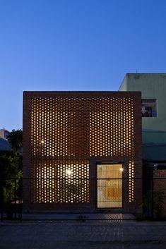 SuperLimão Studio vence o Wienerberger Brick Award,Casa Termitério, Vietnã por Tropical Space. Imagem © Oki Hiroyuki