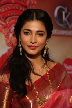 Shruthi Haasan At Uttama Villain Audio Launch http://www.123cinemanews.com/photo-gallery-images.php?id=1505