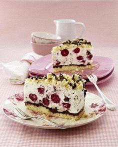 Kirsch-Stracciatella-Torte Rezept: Stücke,Butter,Eier,Zucker,Vanillin-Zucker,Salz,Mehl,Speisestärke,Backpulver,Nuss-Nougat-Creme,Gelatine,Süß-Kirschen,Zartbitter-Schokolade,Schlagsahne,Mascarpone,Magerquark,Backpapier,Einmal-Spritzbeutel