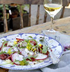 STEDSANS: Tatar med radiser og brændenældemayonnaise.   Mayonnaise: .2 æggeblommer .2 spsk. hvidvinseddike .2 tsk. salt .1 dl brændenældeblade/topskud .1 spsk. sennep .1 dl kokosolie .1 dl olivenolie .1 dl macadamiaolie .120 g oksecuvette eller -yderlår .Salt og peber .8 radiser .1 håndfuld rucola .Olivenolie til servering  FÅ FLERE SPRØDE SOMMEROPSKRIFTER MED ISABELLAS!   Sådan laver du tatar med tilbehør: 1.Mayonnaise: Kom æggeblommer, hvidvinseddike, salt, skoldede brændenælder og sennep