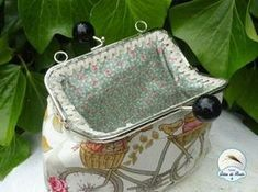 Tutorial excelente para poner una boquilla de metal Fabric Purses, Fabric Bags, Types Of Purses, Frame Purse, Embroidery Bags, Crochet Fabric, Insulated Lunch Bags, Patchwork Bags, Patchwork Ideas