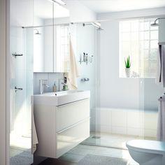 Ein Badezimmer mit GODMORGON Waschbeckenschrank mit 2 Schubladen Hochglanz weiß, BRÅVIKEN Waschbecken in Weiß und verchromter DALSKÄR Mischbatterie mit Abflussventil und GODMORGON Spiegelschrank mit 2 Türen