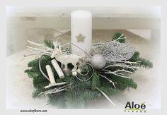 composition florale de noel sapin aloé fleurs21 Christmas Wreaths, Christmas Decorations, Table Decorations, Holiday Decor, Art Floral Noel, Faux Flower Arrangements, Deco Floral, Faux Flowers, Bouquets