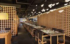 일본 젠스타일을 재해석한 모던한 인테리어와 중국 남부의 전통적인 상하이 스타일의 컨셉이 만나는 공간이 펼쳐집니다. 일본식 바베큐 요리를 맛볼 수 있는 야키니쿠 마스터 레스토랑 내부 공간을 이끄는 우드프레임은 전통적인 일본의 가구식 목조 결부를 현대적인 감각으로 모던하게 배열하고 있습니다. 산만하지 않고 조잡하지도 않습니다. 전통의 시간을 현재공간에 투영한 인테리어 디자인은 우드프레임의 반복적인 패턴..