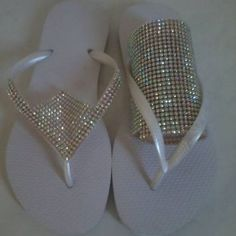 Flip Flop Insoles For Women Bling Flip Flops, Crochet Shoes, Crochet Slippers, Flip Flop Craft, Shoe Makeover, Decorating Flip Flops, Beaded Shoes, Shoe Crafts, Bling Shoes