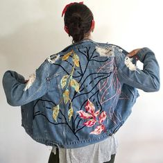 Un proyecto de holaleon Custom Clothes, Diy Clothes, Custom Denim Jackets, Paint Shirts, Embroidered Denim Jacket, Denim Art, Embroidery On Clothes, Denim Ideas, Painted Clothes