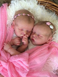 Twin A Twin B Bonnie Brown reborn doll. Created by Mary Anderson Dolls. Reborn Baby Dolls Twins, Newborn Baby Dolls, Reborn Baby Girl, Reborn Dolls, Real Life Baby Dolls, Life Like Babies, Silicone Reborn Babies, Silicone Baby Dolls, Twin Girls