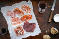 AMAZING- paper under the cured meat, wine, torn bead yes yes yes! Cheese Platters, Smoking Meat, Charcuterie Board, Foods To Eat, Antipasto, Food Photography, Photography Portfolio, Food Art, Food Inspiration