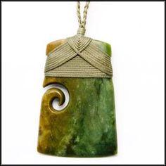 Como. atar los maoríes Hei Toki amarre porción Tiat (INSTRUCCIONES VIDEO) Ceramic Necklace, Ceramic Pendant, Ceramic Jewelry, Polymer Clay Jewelry, Ceramic Beads, Fish Hook Necklace, Sea Glass Necklace, Macrame Jewelry, Stone Jewelry