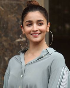 Alia Bhatt channels her sultry and glamorous style during the promotions of her Song Prada - HungryBoo Bollywood Actors, Bollywood Fashion, Bollywood Saree, Bollywood Celebrities, Alia Bhatt Varun Dhawan, Alia Bhatt Photoshoot, Alia Bhatt Cute, Simple Fall Outfits, Indian Celebrities