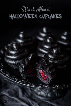 Low-Carb Black Heart Halloween Cupcakes - - How cool are these? Perfectly dark and spooky treats for your Halloween table, and they taste incredible! Halloween Cupcakes Easy, Dessert Halloween, Halloween Cookie Recipes, Halloween Food For Party, Halloween Cookies, Halloween Treats, Holiday Recipes, Halloween Table, Halloween Halloween