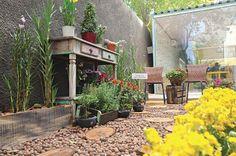 A variedade de plantas e flores traz um colorido ao ambiente de Juscelene Barros Scandian, que atentou para a importância de atitudes sustentáveis no uso de materiais reaproveitados, desde plásticos e caixas até a madeira de árvores que caíram.