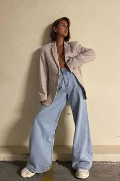 How to style a pair of oversized jeans. How to wear a beige blazer and wide leg jeans during fashion week. Can I wear sneakers to fashion week? How to style a blazer and sneakers outfit for a casual day out? How to wear a blazer and baggy jeans in summer. Blazer Outfits, Fall Outfits, Summer Outfits, Casual Outfits, Cute Outfits, Look Fashion, Autumn Fashion, Fashion Outfits, Fashion Trends