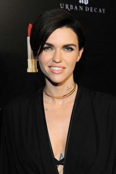 Näyttelijä-malli Ruby Rosen edestä pidempi malli luo lookiin pehmeyttä.