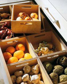 暗所保存の野菜のスペースもキッチンの引き出しなら明かりが入りません。 通気性の良い箱に入れて種別を分けてスッキリと保存しましょう。