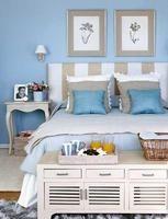 Decoramos una habitación de matrimonio con revestimientos y telas en tonos azules y la equipamos con prácticos muebles auxiliares, que casi no ocupan espacio y, además, ayudan a mantener el orden. El ...