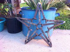 Railroad spikes star - it would be a heavy thing, but it's pretty Welding Art Projects, Metal Art Projects, Metal Crafts, Welding Ideas, Welding Table, Diy Projects, Horseshoe Projects, Horseshoe Crafts, Horseshoe Art