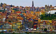 Magnífico colorido da zona da Ribeira, na cidade do Porto. É a cidade que deu o nome a Portugal – desde muito cedo (200 ac), quando se designava de Portus Cale, vindo mais tarde a tornar-se a capital do Condado Portucalense, de onde se formou Portugal