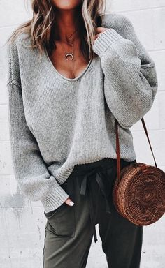Khaki V-Ausschnitt Langarm Volltonfarbe Sweater Oversize Pullover Strickpullover Damen Mode Source by susanne_kathari oversized Oversize Pullover, Pullover Sweaters, Knitting Sweaters, Baggy Sweaters, Oversized Sweaters, Oversized Tops, Sweaters For Women, Fall Sweaters, Casual Sweaters