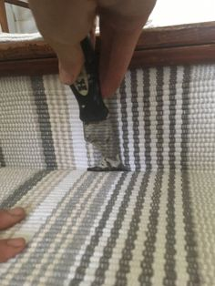 Hardwood Stairs Makeover with Annie Selke's Dash and Albert Reforma de escadas de madeira com Dash e Albert de Annie Selke – Farmhouse on Boone Redo Stairs, Basement Stairs, Basement Ideas, Stair Redo, Stair Renovation, Basement Renovations, Hardwood Stairs, Laminate Stairs, Beautiful Stairs