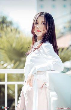 Han Sara, cô gái Hàn Quốc 16 tuổi gây bão ở tập một The Voice mới đây khẳng định sẽ không rập khuôn theo hình tượng và dòng nhạc của bà xã Trấn Thành.   Cô gái 16 tuổi người Hàn Quốc Han Sara tạo nên cơn sốt tại vòng Giấu mặt The Voice 2017 diễn ra vào cuối tuần qua, với bản... Hot Girls, Sexy Asian Girls, Girl Pictures, Girl Pics, Girls Life, Famous Women, Girl Tattoos, Tattoo Girls, Sport Girl