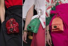 Minimochilas fazem a fez de pochete no desfile de Alexis Mabille (Foto: Imaxtree)