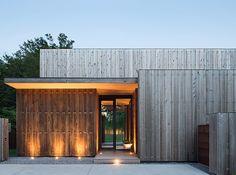 Souvent présenté dans le Journal du Design, le studio américain Bates Masi Architects (voir articles) vient de réaliser cette habitation dans une station b