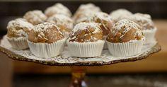 Jeroen geeft je een recept mee voor een simpele muffin met heerlijke appels van bij ons. De bruine suiker die in het beslag gaat, past perfect bij het fruit. En de appels karameliseert hij in wat ahornsiroop, of esdoornsiroop.extra materiaal:een keukenweegschaaleen keukenmachine met K-hulpstuk (om beslag te mengen)een bakblik voor muffins of kleine ronde cakespapieren cups voor kleine cakes of muffinseen strooibus voor bloemsuiker of een zeefje