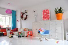 accesorios en colores neón dan un realce a la habitación