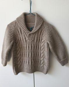 Серый пуловер спицами для мальчика. Узорчатый серый пуловер спицами