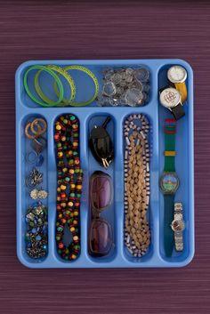 organizador de talheres pode virar um organizador de quase qualquer coisa, dessa vez: um belo organizador de bijouterias