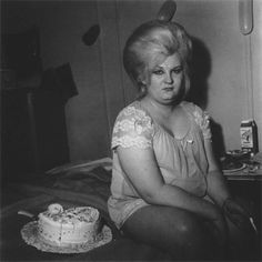 . Diane Arbus, Nicole Kidman, Vintage Photographs, Vintage Photos, Vintage Cards, Retro Vintage, Funny Family Photos, Happy Birthday Vintage, Transgender People