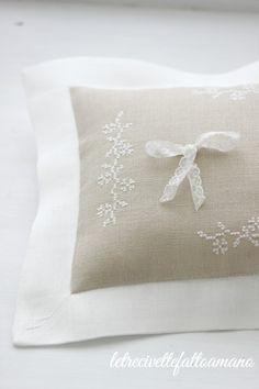 Wedding day: cuscino fedi per Victoria. Ring Pillows, Bed Pillows, Wedding Boxes, Wedding Day, Embroidery Stitches, Embroidery Designs, Wedding Pillows, Cross Stitching, Wedding Details