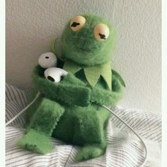 Kermit listing to the news and wanting to cry Memes Funny Faces, Cartoon Memes, Cartoons, Sapo Kermit, Sapo Meme, Cute Love Memes, Kermit The Frog, Kermit Face, Mood Wallpaper