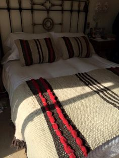 L Tapestry Weaving, Loom Weaving, Hand Weaving, Weaving Designs, Weaving Projects, Types Of Weaving, Couch Design, Woven Wrap, Sewing Pillows