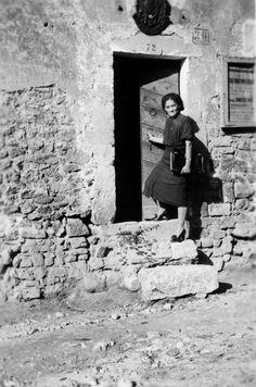 Maltignano di Cascia, anni 40. La postina del paese entra nel suo ufficio. I scalini sono molto alti, ma il lavoro è buono e anche importante per tutta la comunità. Umbria Italy, Vintage Italian, Alter, Old Photos, Street Photography, Monochrome, Memories, Black And White, Artists