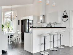 Rymlig känsla och högt i tak i Torekov från Myresjöhus Beddinge, Kitchen Room Design, Kitchen Ideas, Swedish House, White Kitchen Cabinets, Girl Room, Building A House, Interior, Table