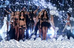 Pin for Later: Seht alle Bilder der Victoria's Secret Fashion Show in London!